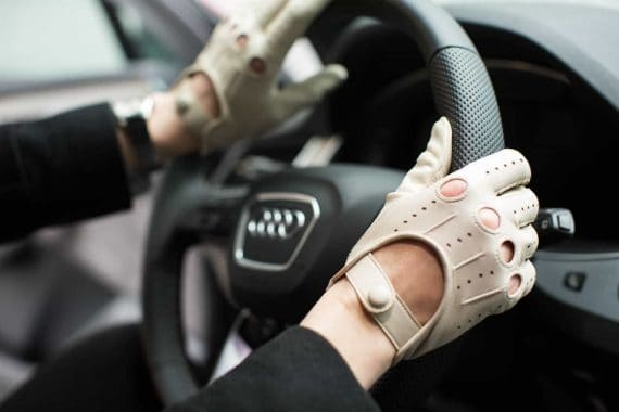2-197 Kjørehansker til dame, creme, i bil