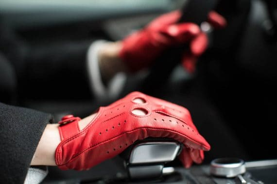 2-197 Kjørehansker til dame, rød, i bil