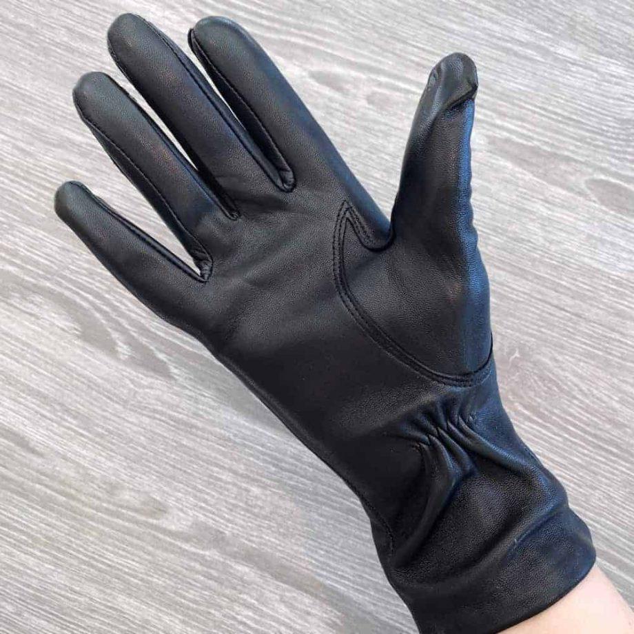 damehansker med silkefôr - vanlig lengde - sort - underside på hånd