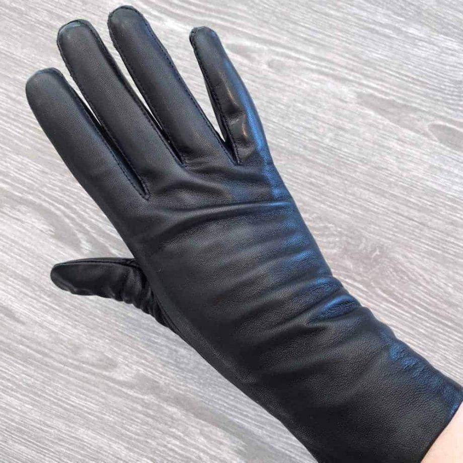 damehansker med silkefôr - vanlig lengde - sort - overside på hånd