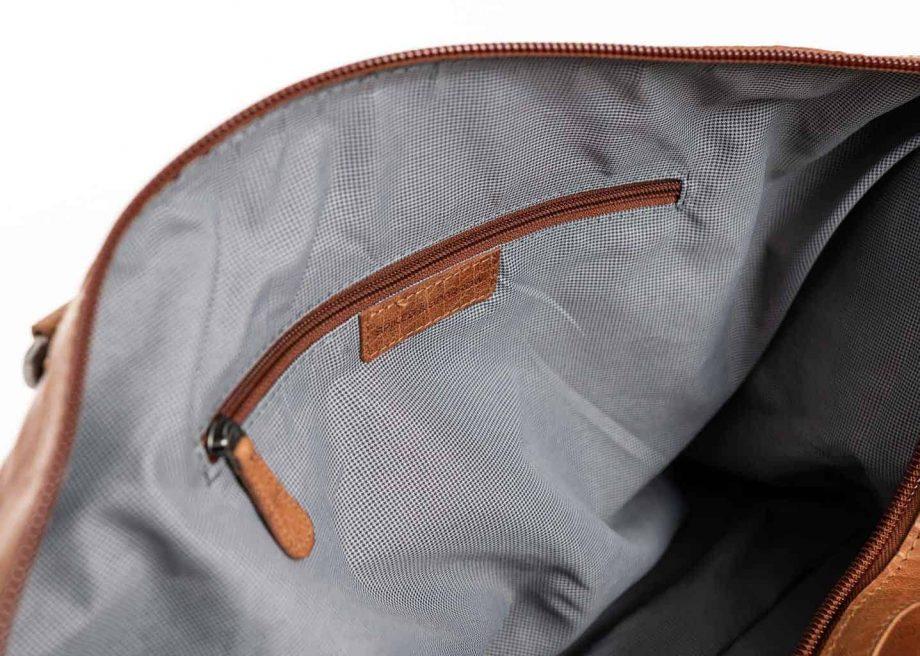 7723831 Spikes Sparrow Weekendbag brandy detalj innside HanskeHallen