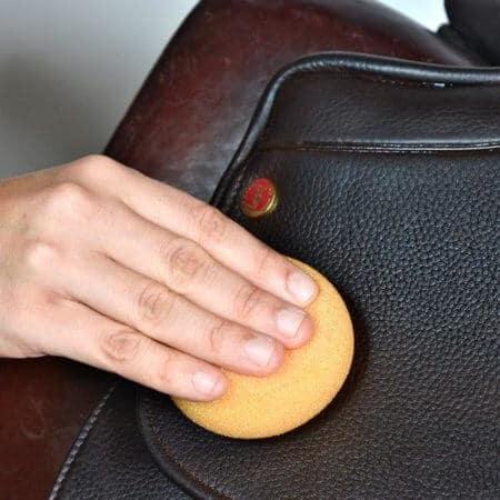 Chamberlain´s Leather Healing Balm - W-CLM-HB-4 - i bruk med svamp
