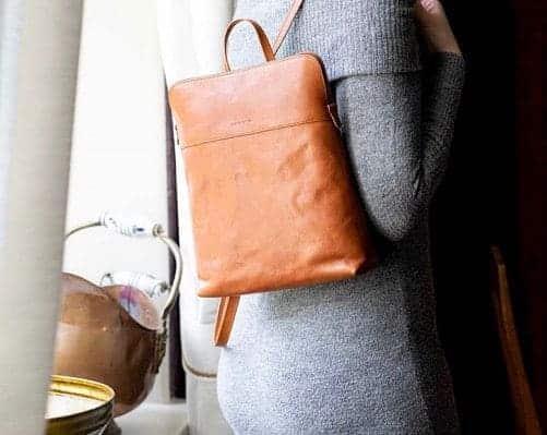Okay´s Enni ryggsekk lys brun på modell