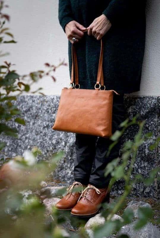 Okay´s Karoliina shoulder bag lys brun på modell
